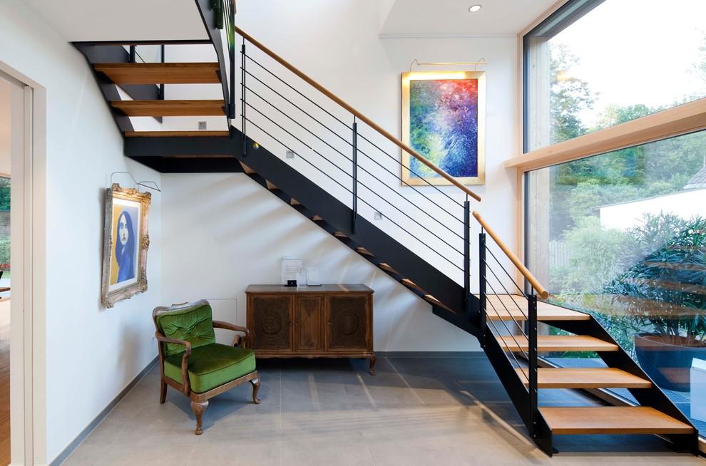 Mittelgroße Moderne Holztreppe in U-Form mit offenen Setzstufen und Mix-Geländer in München