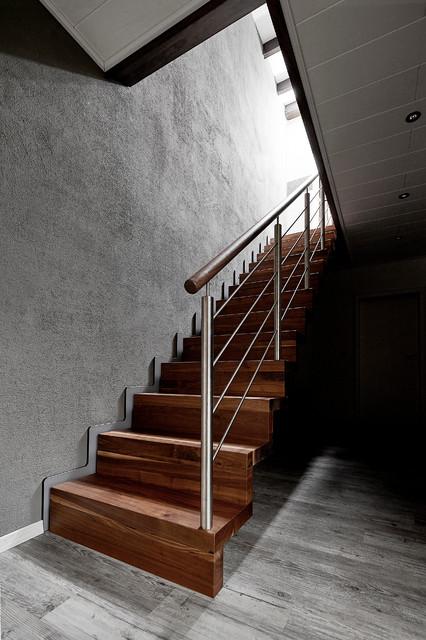 Treppen Dortmund faltwerk in nussbaum mit relinggeländer aus edelstahl modern