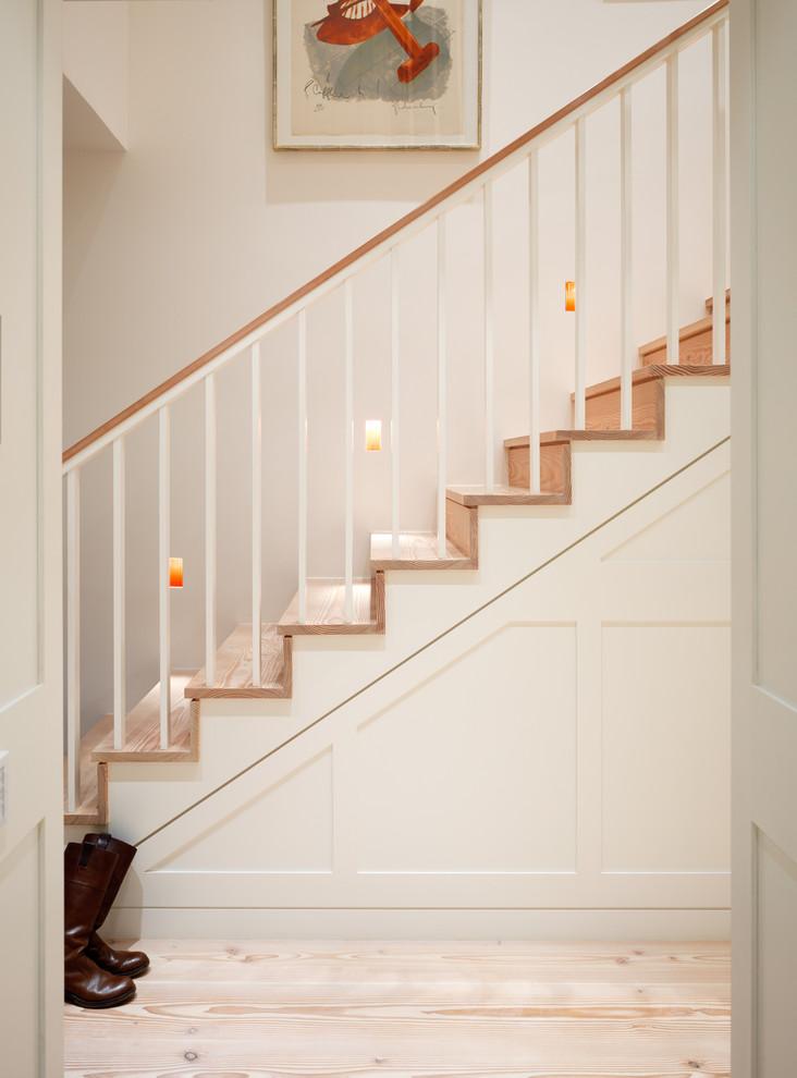 Idee per una scala a rampa dritta tradizionale di medie dimensioni con pedata in legno e alzata in legno