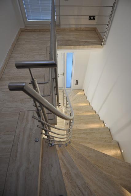 Treppenhaus modernisieren  Modernes Travertin Treppenhaus - Modern - Treppen - Sonstige - von ...