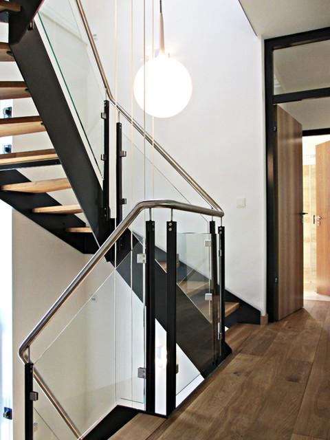 Extrem Modernes Treppenhaus mit Wangentreppe in Einfamilienhaus - Modern PE24