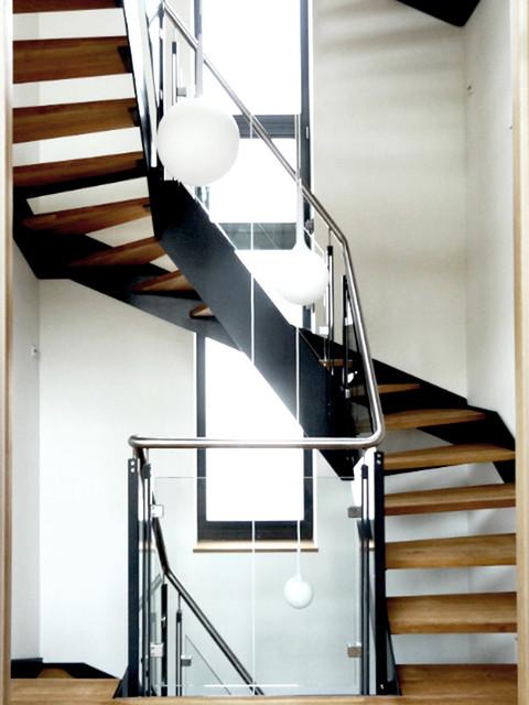 Modernes Treppenhaus Mit Wangentreppe In Einfamilienhaus  Contemporary Staircase