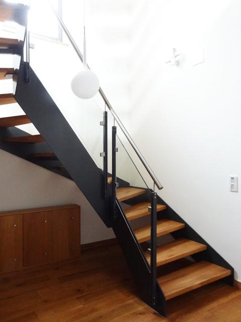 Modernes treppenhaus einfamilienhaus  Modernes Treppenhaus mit Wangentreppe in Einfamilienhaus - Modern ...