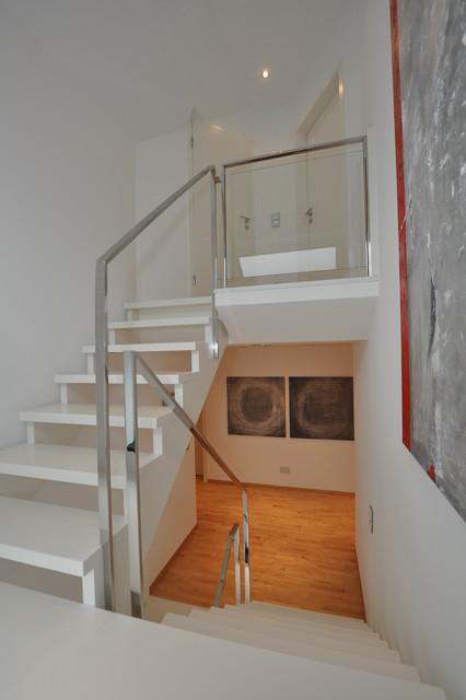 Weiße Holztreppe poliertes edelstahlgeländer auf weißer holztreppe modern treppen