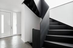 До и после Черная лестница с эффектным изгибом (9 photos)