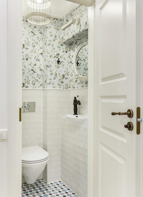 Idées déco pour un WC et toilettes scandinave avec un WC suspendu, un lavabo posé, un carrelage blanc, un mur multicolore et un sol multicolore.