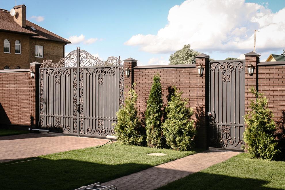 Пример оригинального дизайна: летний участок и сад в классическом стиле с полуденной тенью, мощением клинкерной брусчаткой и забором
