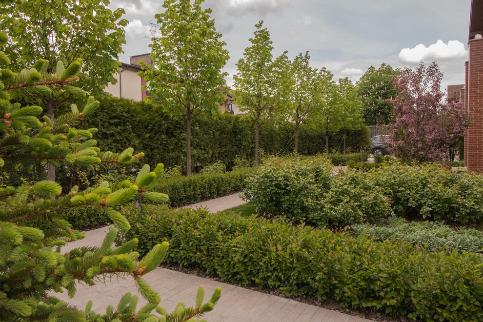 На фото: геометрические, летние участки и сады в современном стиле с полуденной тенью