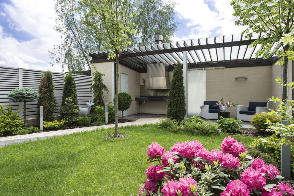 Inspiration for a small contemporary courtyard landscaping in Moscow.