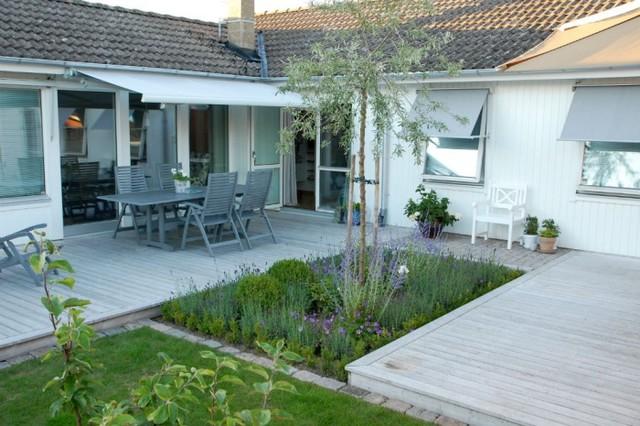 Radhus med liten trädgård.