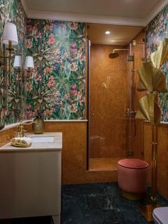 Badezimmer mit orangefarbenen Fliesen und Marmorboden Ideen ...