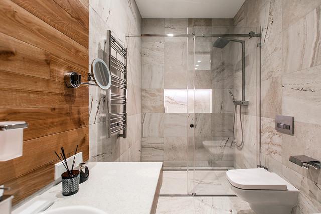 На фото: ванная комната в современном стиле с душем без бортиков, унитазом-моноблоком, бежевой плиткой, каменной плиткой, душевой кабиной и душем с раздвижными дверями с