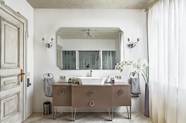 Idee per una stanza da bagno tradizionale con lavabo a bacinella, consolle stile comò, piastrelle bianche e ante marroni