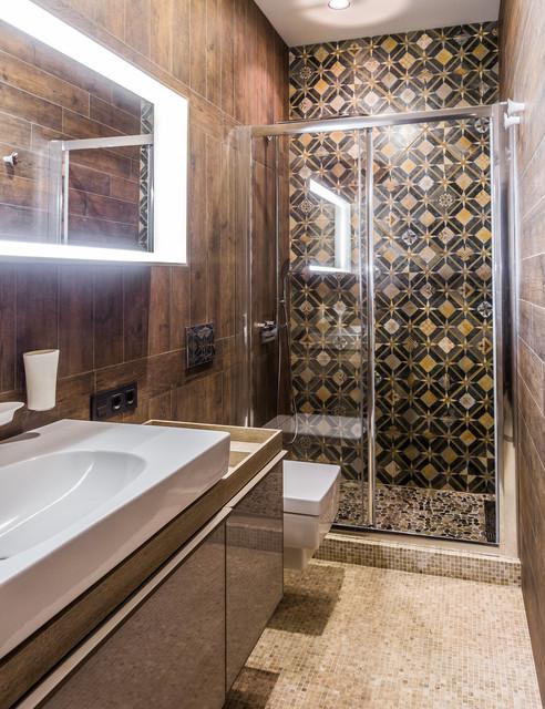 Idee per una stanza da bagno con doccia contemporanea con ante lisce, doccia alcova, piastrelle marroni, piastrelle nere, pavimento con piastrelle a mosaico, pavimento beige, porta doccia scorrevole, ante marroni, WC sospeso, pareti marroni e lavabo a bacinella