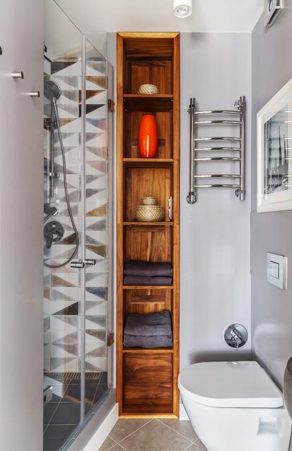 На фото: маленькие ванные комнаты в современном стиле с душем в нише, серыми стенами, душевой кабиной, бежевым полом, унитазом-моноблоком, серой плиткой и душем с распашными дверями