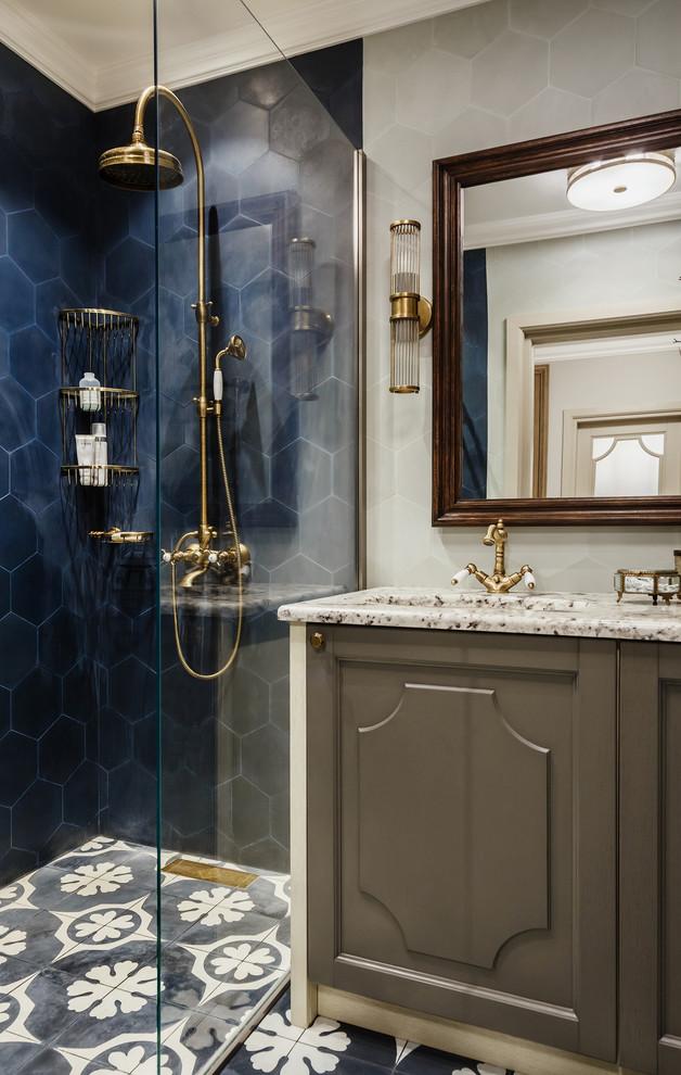 Удачное сочетание для дизайна помещения: ванная комната в стиле современная классика с серыми фасадами, душем в нише, синей плиткой, серой плиткой, душевой кабиной, мраморной столешницей и врезной раковиной - самое интересное для вас