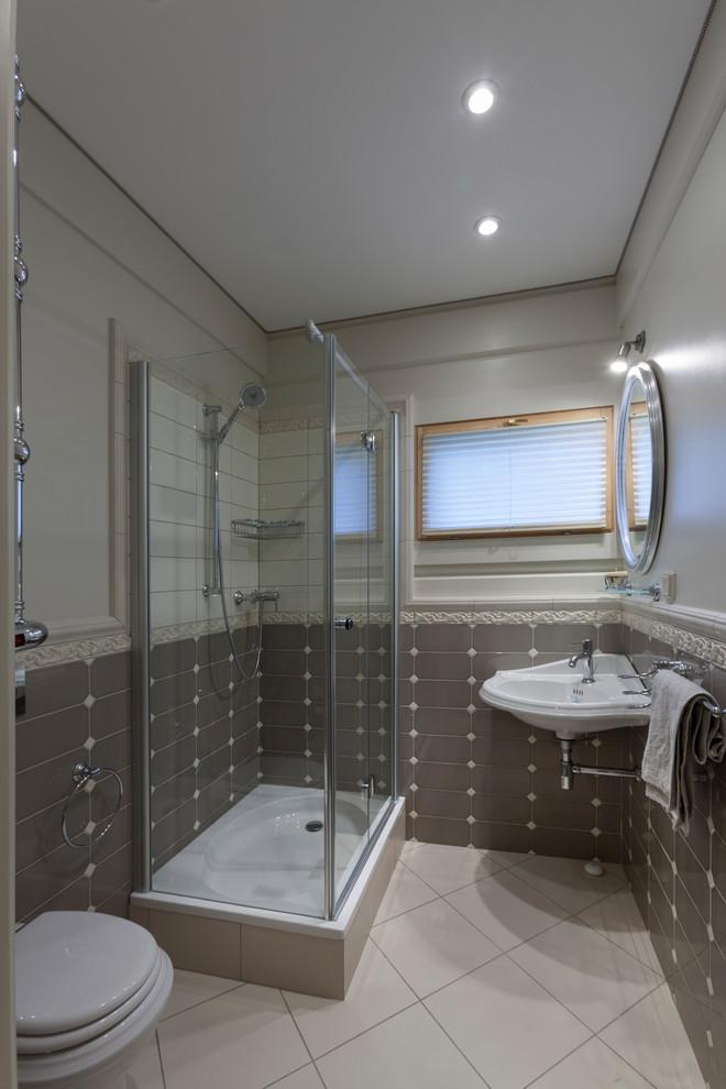 Immagine di una stanza da bagno con doccia tradizionale con doccia ad angolo, piastrelle grigie, pareti grigie, pavimento grigio e porta doccia a battente