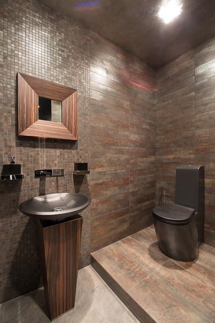 Ispirazione per una stanza da bagno design con WC monopezzo, piastrelle marroni, piastrelle a mosaico, lavabo a colonna e pareti marroni
