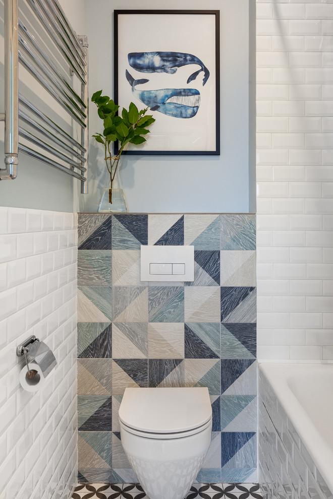 Diseño de cuarto de baño principal, escandinavo, con bañera encastrada sin remate, combinación de ducha y bañera, baldosas y/o azulejos blancos, baldosas y/o azulejos de porcelana, suelo de baldosas de porcelana, lavabo encastrado y encimera de madera