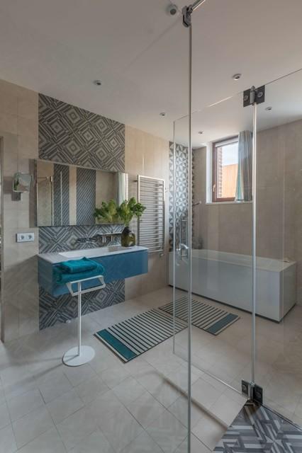 Ispirazione per una stanza da bagno padronale contemporanea con ante lisce, ante blu, piastrelle blu, piastrelle beige, lavabo integrato, pavimento beige e porta doccia a battente