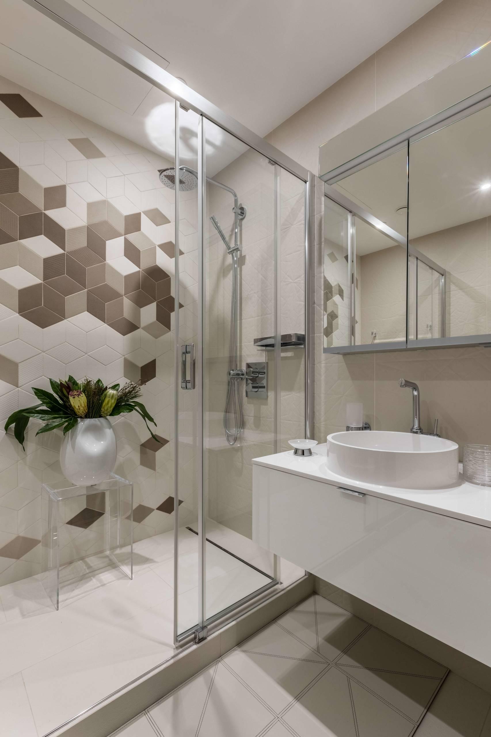 Nevada Salle De Bain shower room with brown tiles