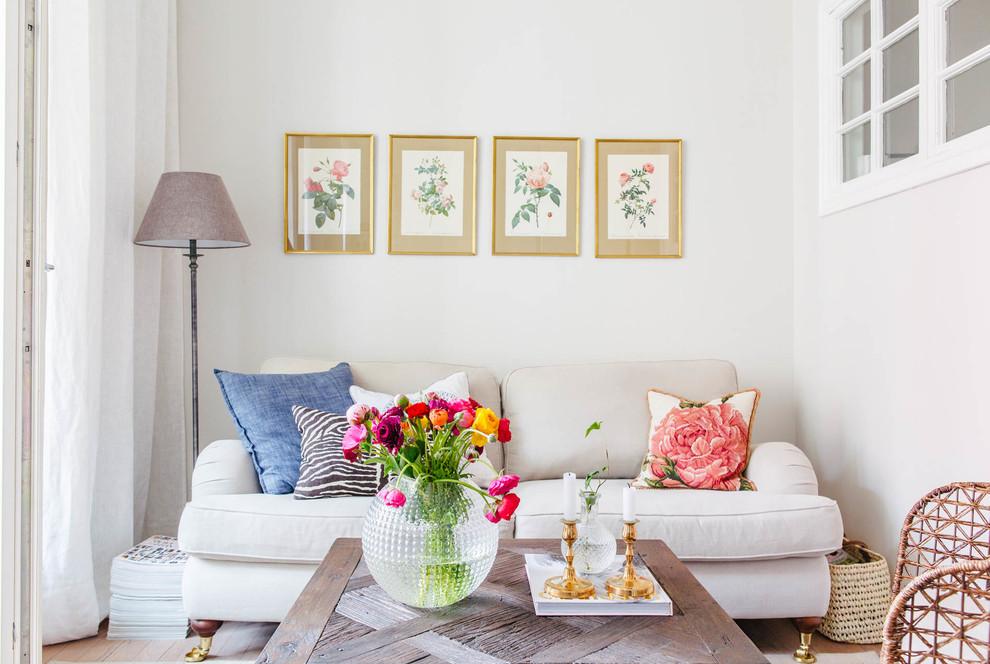 Foto på ett litet vintage separat vardagsrum, med vita väggar och ljust trägolv