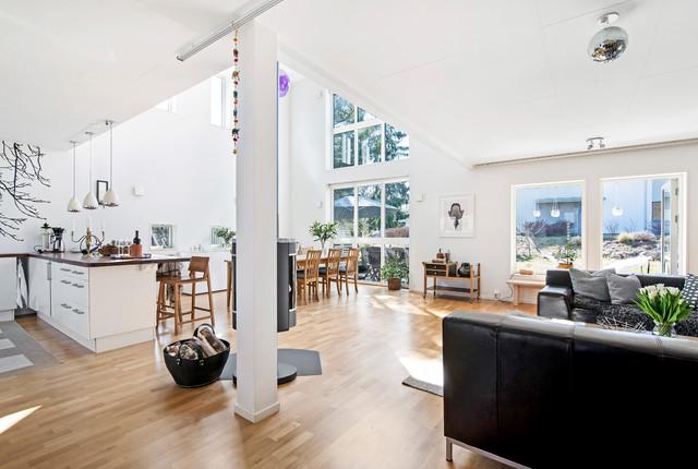 Idéer för ett stort modernt allrum med öppen planlösning, med vita väggar, ljust trägolv och brunt golv