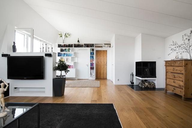 Bild på ett skandinaviskt allrum med öppen planlösning, med vita väggar, mellanmörkt trägolv, en dubbelsidig öppen spis, en väggmonterad TV och brunt golv
