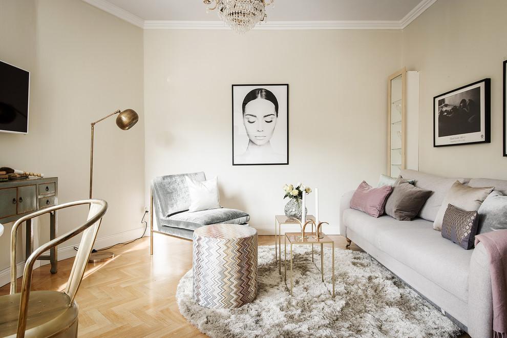 ストックホルムの小さい北欧スタイルのリビング・居間の画像 (フォーマル、ベージュの壁、淡色無垢フローリング、ベージュの床)