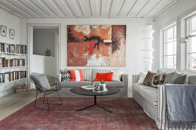 Inspiration för ett stort minimalistiskt allrum med öppen planlösning, med ett bibliotek, vita väggar och ljust trägolv