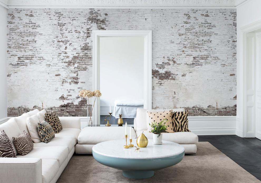 Foto di un soggiorno industriale di medie dimensioni e aperto con pareti bianche, parquet scuro e nessuna TV
