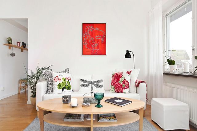 Foto de salón para visitas moderno, sin chimenea y televisor, con paredes blancas y suelo de madera clara