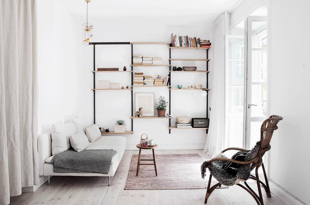 Idéer för ett stort skandinaviskt allrum med öppen planlösning, med vita väggar och ljust trägolv