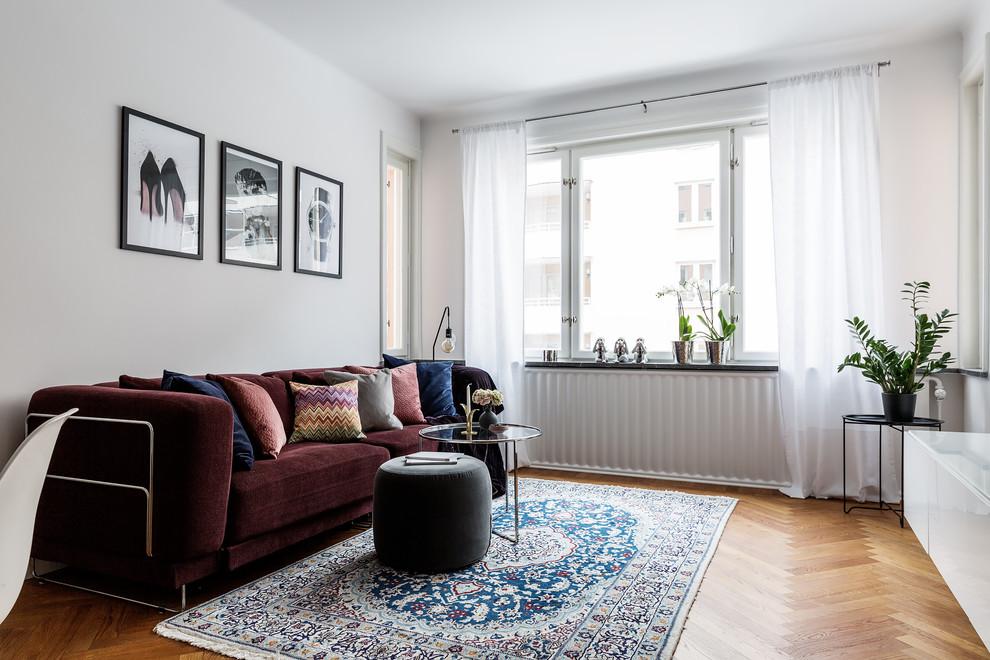 Foto på ett mellanstort nordiskt separat vardagsrum, med vita väggar, mellanmörkt trägolv, beiget golv och ett finrum