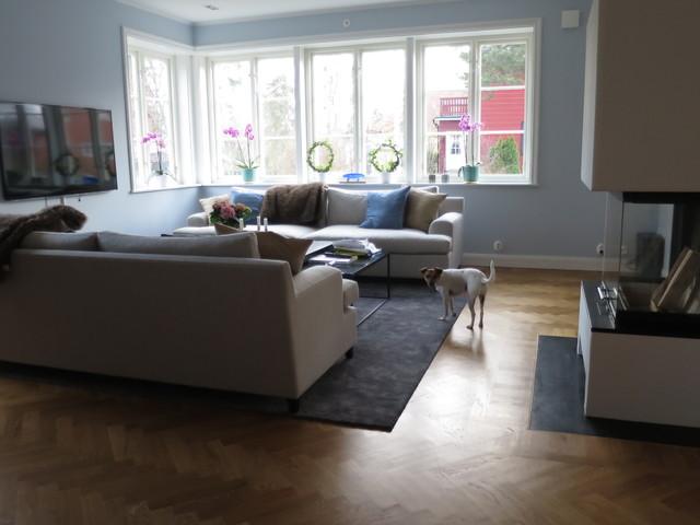 Nytt vardagsrum målat i ljust blått, kontrast till varma ...