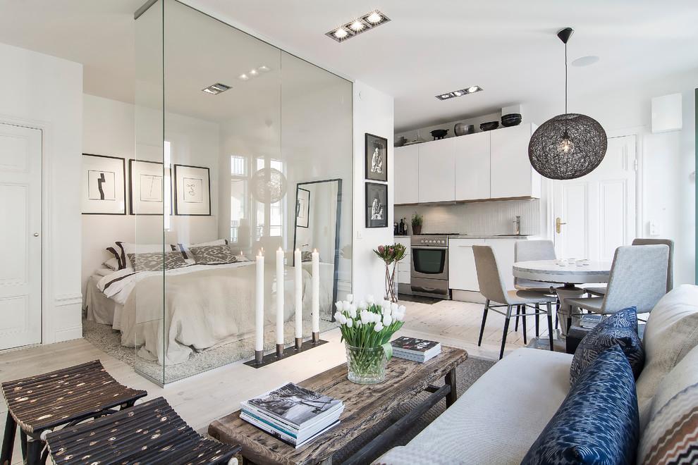 Idées déco pour un salon scandinave ouvert avec un mur blanc et un sol en bois clair.