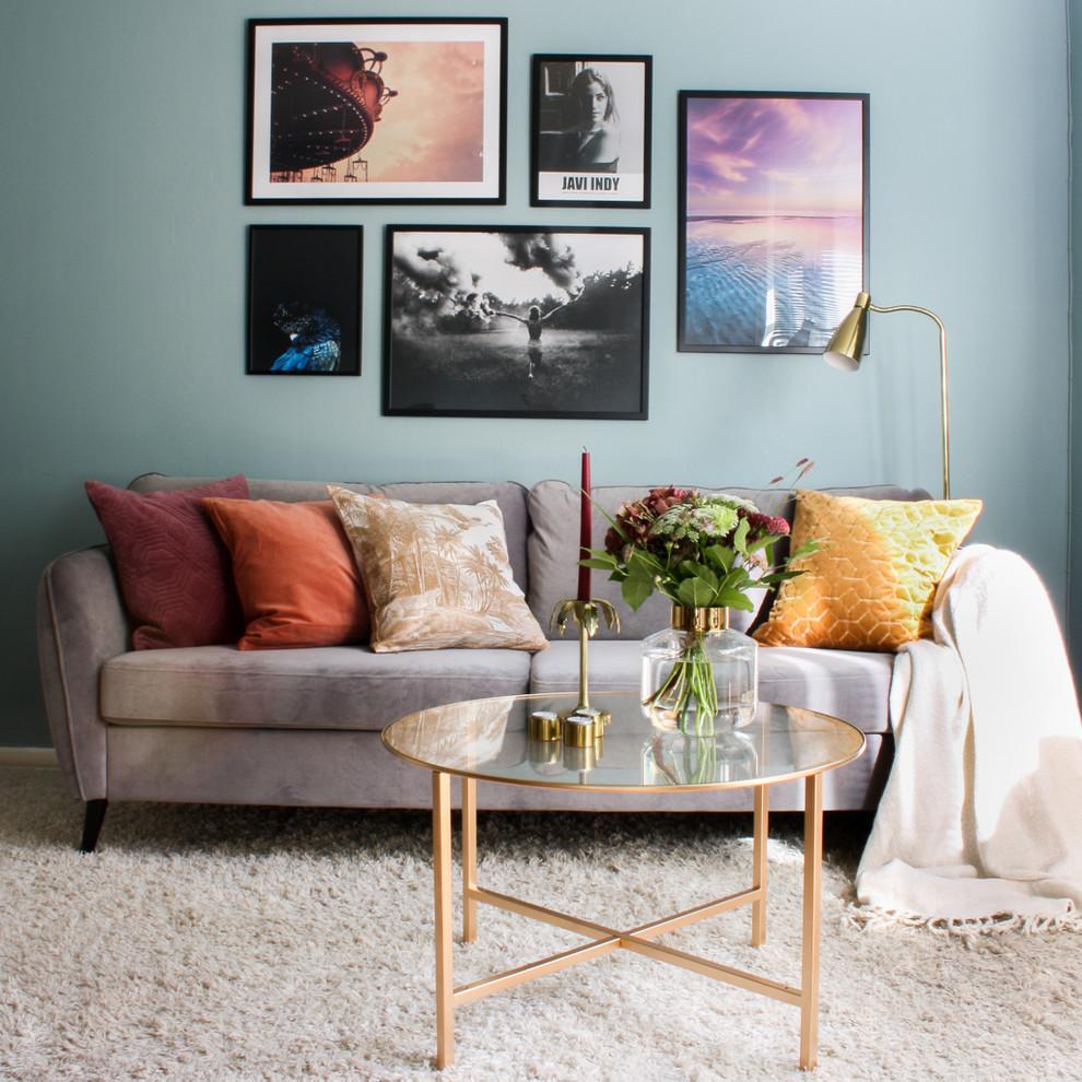 Idee per un piccolo soggiorno scandinavo chiuso con pareti blu, moquette e pavimento beige