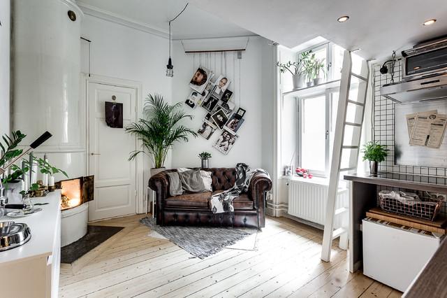 Foto på ett mellanstort nordiskt vardagsrum, med vita väggar och ljust trägolv