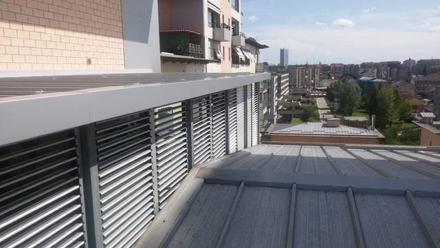Tettoia contemporanea su terrazzo privato a lavori ultimati