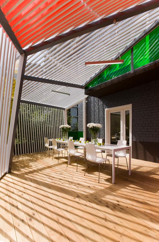 Новые идеи обустройства дома: веранда среднего размера на заднем дворе в современном стиле с навесом