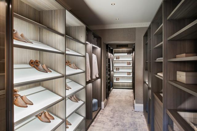 Diseño de vestidor de hombre, contemporáneo, con armarios con paneles lisos, puertas de armario marrones, moqueta y suelo beige