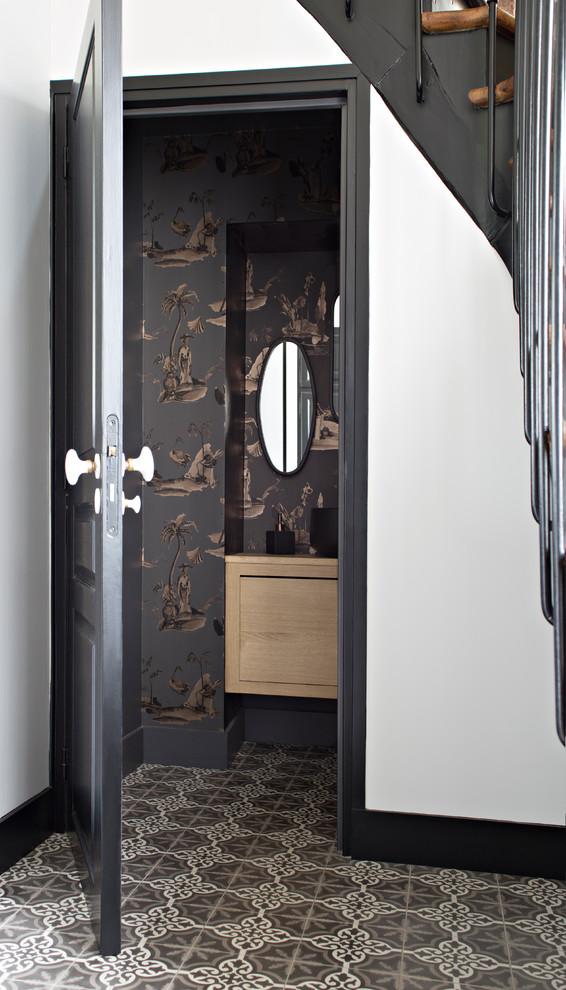 Aménagement d'un WC et toilettes classique avec un placard à porte plane, des portes de placard en bois clair, un mur multicolore et un sol multicolore.