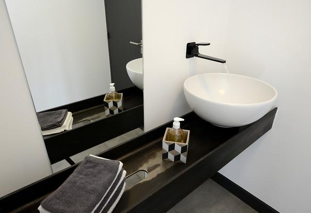 ultra contemporain contemporary powder room marseille by et pourquoi pas by john. Black Bedroom Furniture Sets. Home Design Ideas