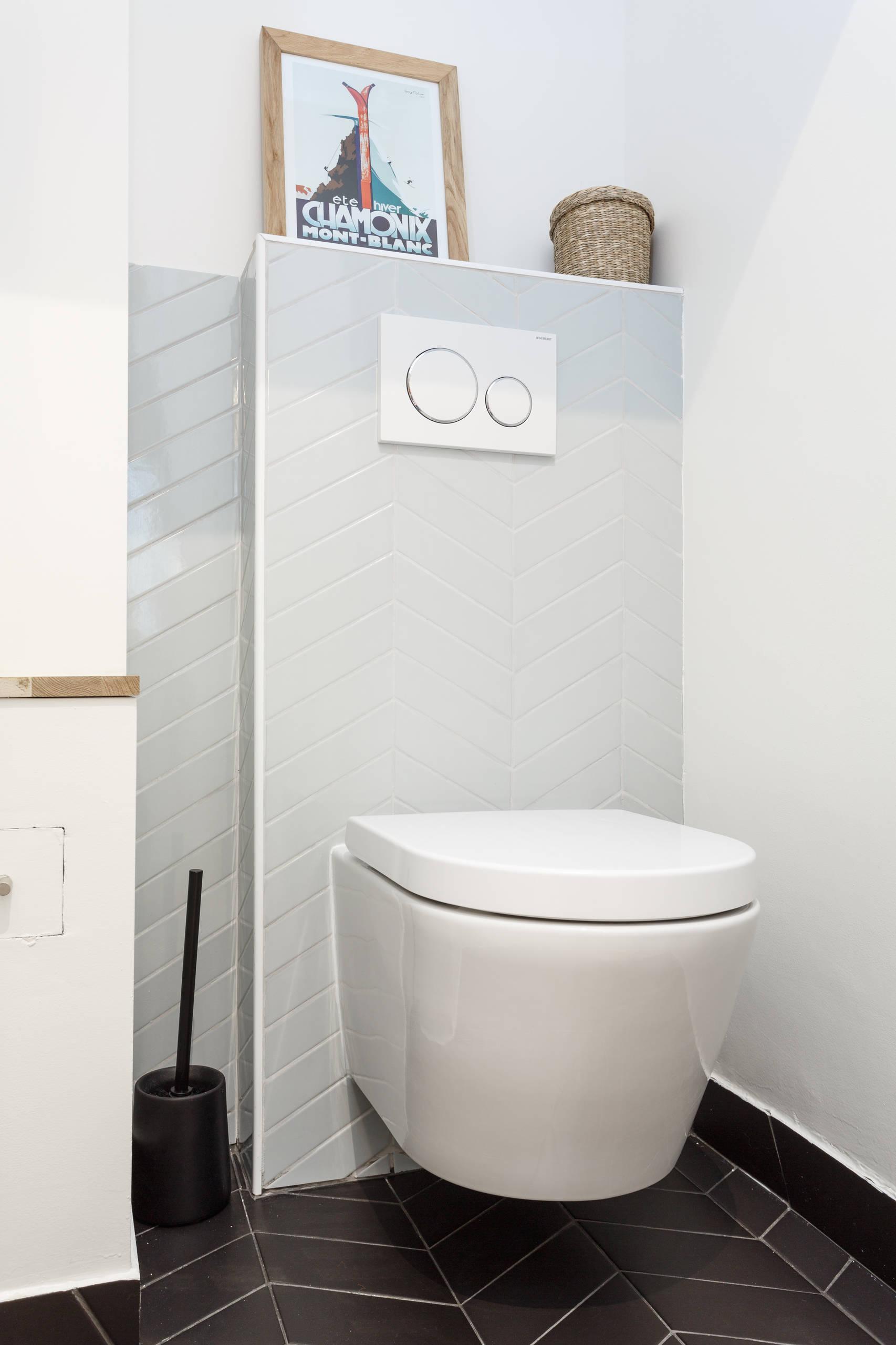 Une cuvette courte dans des toilettes XXS