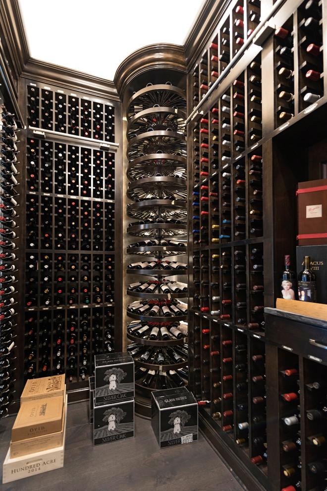 Réalisation d'une cave à vin méditerranéenne avec des casiers et un sol gris.
