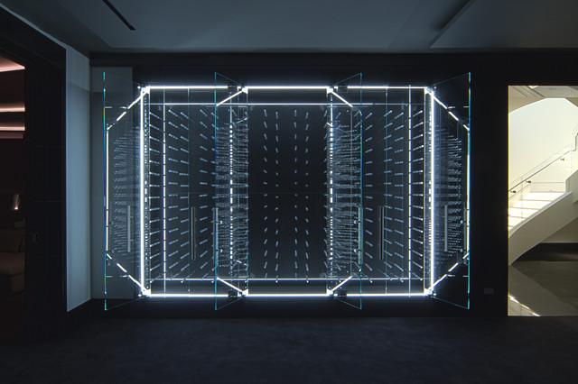 Led illuminated glass enclosed wine cabinet moderne for Cave a vin moderne