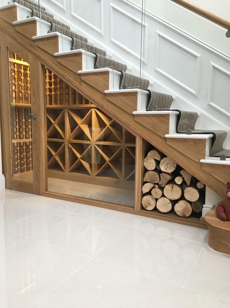 Esempio di una cantina minimalista di medie dimensioni con pavimento in gres porcellanato, rastrelliere portabottiglie e pavimento beige