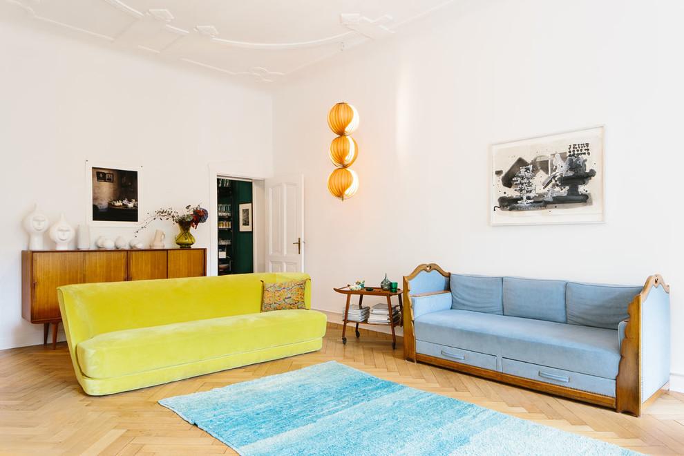 Idee per un soggiorno contemporaneo chiuso e di medie dimensioni con sala formale, pareti bianche e parquet chiaro