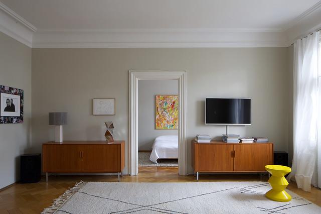 Foto di un soggiorno design chiuso con pareti grigie, pavimento in legno massello medio, nessun camino e TV a parete