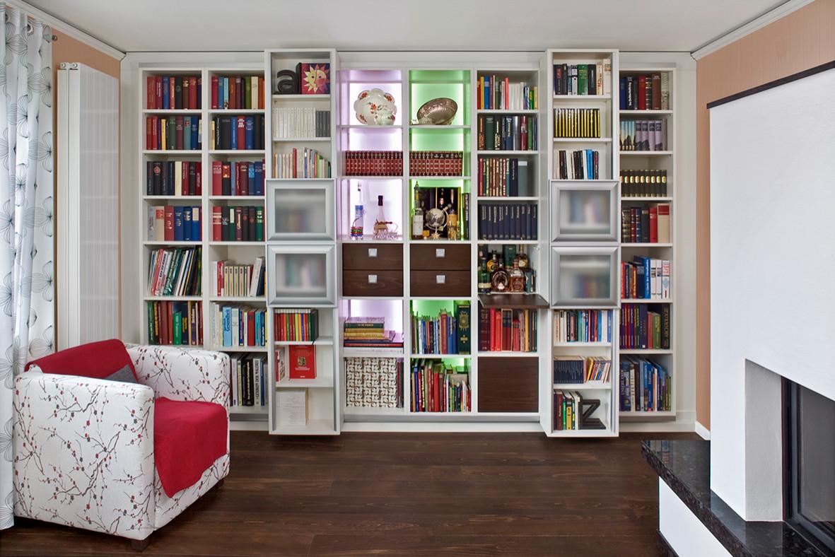 Bücherwand in Weißlack, kombiniert mit gebeiztem Eichenholz